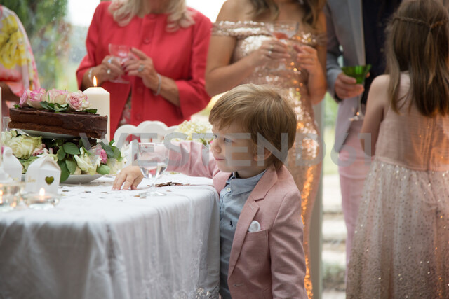 Boy curious about gifts and cake at wedding reception - CUF47475 - Jim Forrest/Westend61