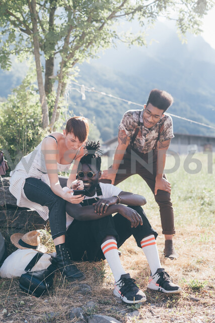 Three young adult hikers in field looking at smartphone, Primaluna, Trentino-Alto Adige, Italy - CUF47529 - Eugenio Marongiu/Westend61