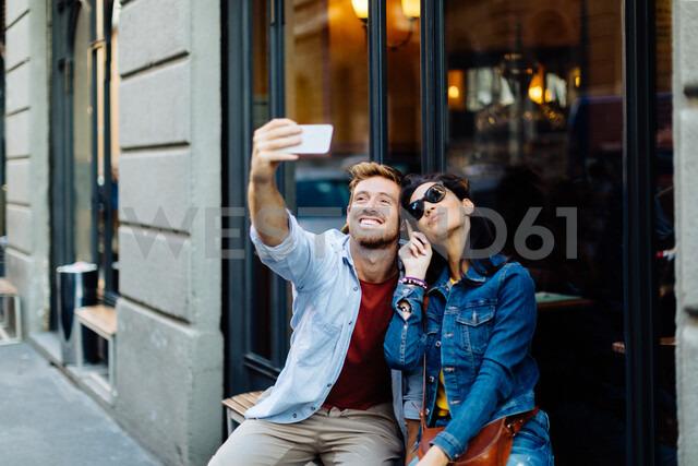 Couple taking selfie by shop window, Milan, Italy - CUF47616 - Sofie Delauw/Westend61
