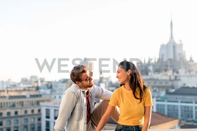 Couple enjoying sitting on edge of rooftop terrace, Milan, Italy - CUF47625 - Sofie Delauw/Westend61