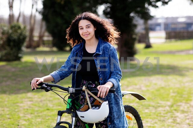 Teenage girl on pushbike - CUF47679 - T2 Images/Westend61