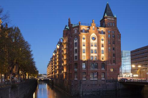 Germany, Hamburg, Speicherstadt, old warehouse at dusk - WIF03742