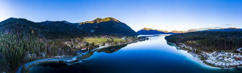 Luftaufnahme, Deutschland, Bayern, Oberbayern, Walchensee, Kochel am See am Abend - AMF06696