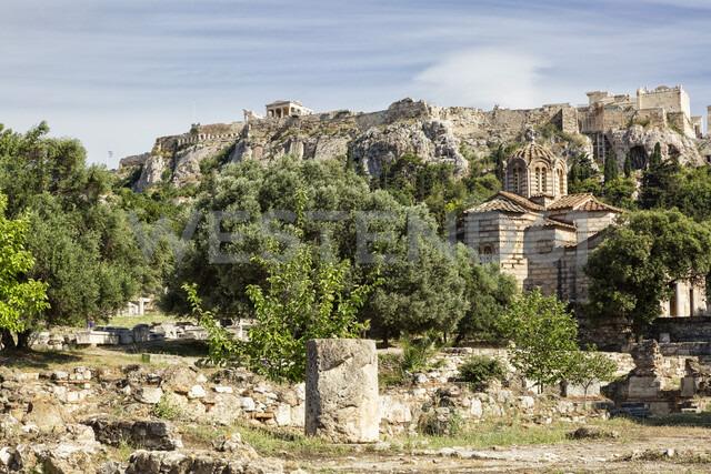 Blick von antiker Agora auf Akropolis und Griechisch-Orthodoxe Kirche, Athen, Griechenland - MAMF00361
