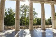 Sonnenstrahlen zwischen den Säulen der Stoa des Attalos, Attalus, antike Agora, Athen, Griechenland - MAMF00367