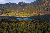 Luftaufnahme, Deutschland, Bayern, Oberbayern, Walchensee, Kochel am See am Abend - AMF06709
