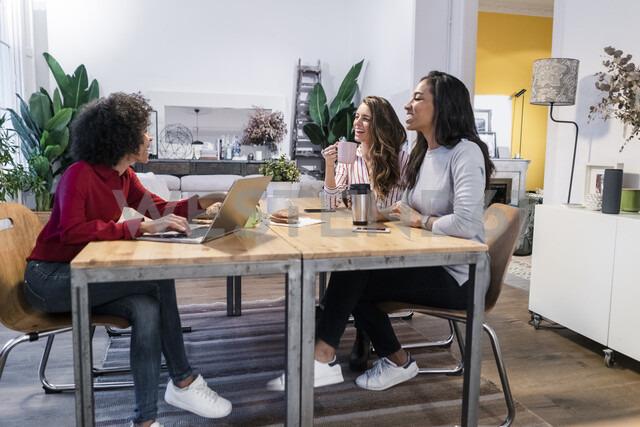 Three happy women with laptop at table - GIOF05476 - Giorgio Fochesato/Westend61