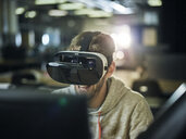People Lifestyle, (mit Release) Mann 30-35 Jahre sitzt mit VR Brille vor Monitor im Büro, Wattens, Tirol, Austria - CVF01118