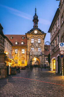 Germany, Bavaria, Bamberg, old town with old town hall at dusk - TAMF01155