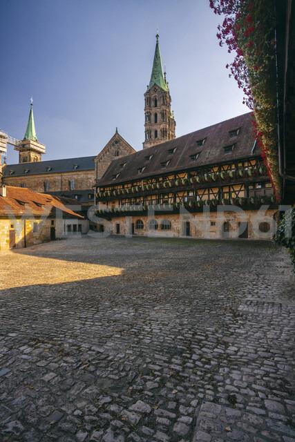 Germany, Bavaria, Bamberg, Alte Hofhaltung and Bamberg Cathedral - TAMF01167