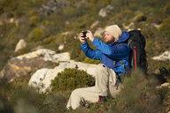 Spanien, Andalusien, Tarifa, Mann beim wandern, Wanderung - KBF00422
