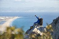 Spanien, Andalusien, Tarifa, Mann beim wandern, Wanderung - KBF00428