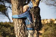 Spanien, Andalusien, Tarifa, Mann umarmt Baum, Baum - KBF00431