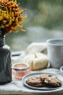 Cup of coffee, cookies and autumnal decoration on window sill - JESF00198