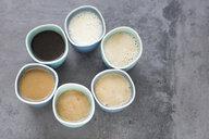 Kaffe mit verschiedenen Mengen an Milch drin - JESF00201