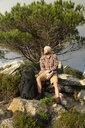 Spanien, Andalusien, Tarifa, Mann beim wandern, Wanderung - KBF00445