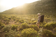 Spanien, Andalusien, Tarifa, Mann beim wandern, Wanderung - KBF00448