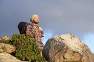 Spanien, Andalusien, Tarifa, Mann beim wandern, Wanderung - KBF00451