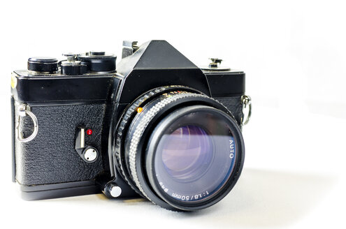 Analogue reflex camera on white background - MHF00496