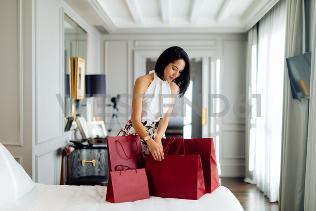 Fashionable woman with shopping bags in suite - CUF48095 - Sofie Delauw/Westend61