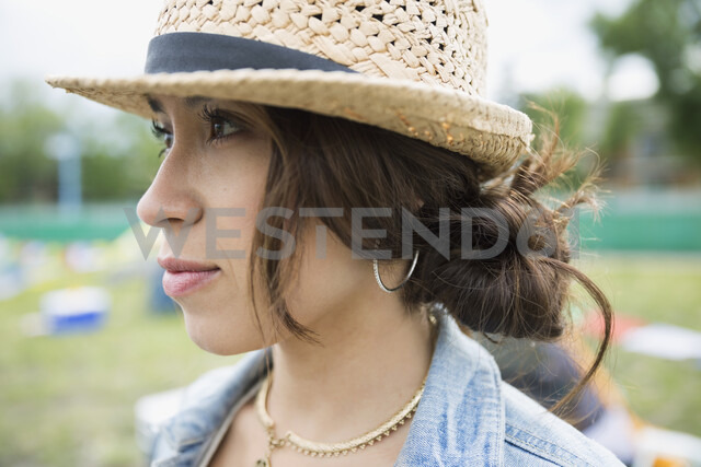 Close up portrait pensive young woman wearing straw hat looking away - HEROF05301 - Hero Images/Westend61