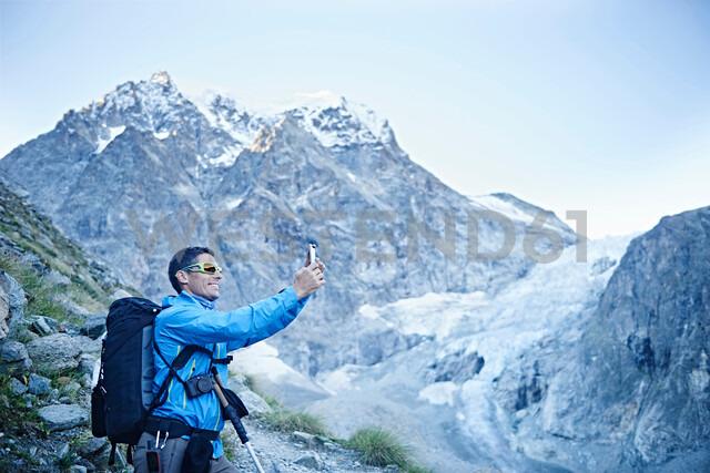 Hiker taking photograph, Mont Cervin, Matterhorn, Valais, Switzerland - CUF48388 - Jakob Helbig/Westend61