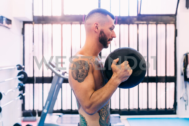 Man working out in gym - CUF48400