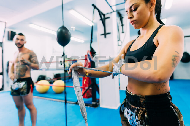 Man and woman getting ready for workout in gym - CUF48418 - Eugenio Marongiu/Westend61