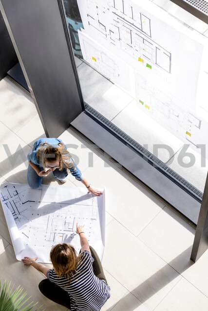 Colleagues brainstorming over plans - CUF48466 - suedhang/Westend61