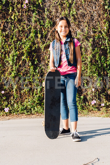 Girl with her skateboard - ISF20166
