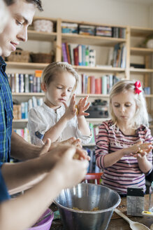 Father and children baking together at home - ASTF02161