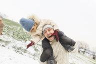 Wickede, NRW, Deutschland. Ein Vater spielt  mit seiner Tochter beim ersten Schnee im Winter - KMKF00698