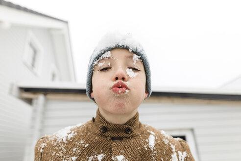 Wickede, NRW, Deutschland. Ein Teenager  schaut in den Himmel auf den fallenden Schnee - KMKF00710