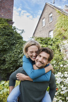 Portrait of happy couple in garden of their home - RORF01591