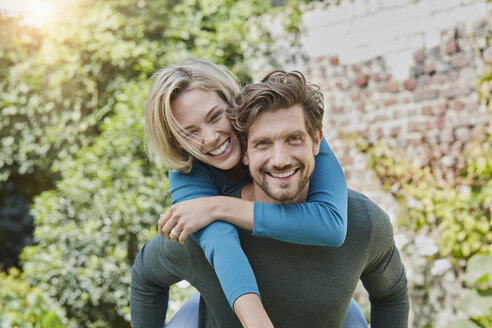 Portrait of happy couple in garden of their home - RORF01594