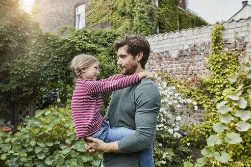 Deutschland, Nordrhein-Westfalen, Stadt Essen, Familie, Lifestyle, Vater mit Tochter im Garten, Haus, Garten, Immobilie - RORF01606