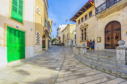 Spain, Mallorca, Alcudia, View of the old town - THAF02422