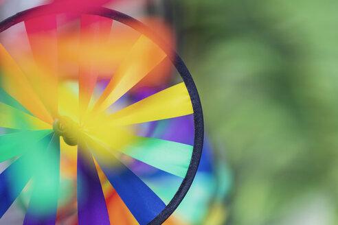 Mexico, Yucatán, Quintana Roo, Tulum, buntes Windspiel vor Palmen, Bokeh, Gartenparty, Copyspace, Hochzeit, Dekoration - MMAF00786