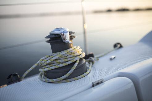 Winsch und Segelleine auf einer Yacht, Mecklenburg-Vorpommern, Deutschland - JESF00212