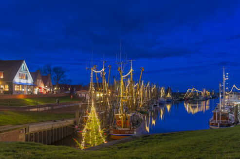 Weihnachtsstimmung im Hafen. Nachtaufnahme. Greetsiel, Krummh�rn, Niedersachsen, Deutschland - FRF00795