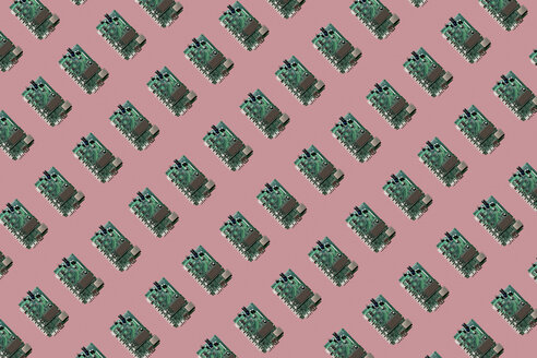 3D Illustration, row of motherboards, pink background - ERRF00657