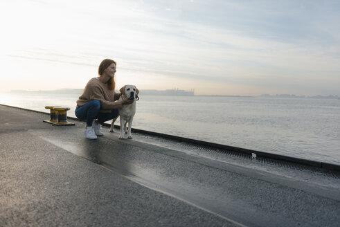 Deutschland; Hamburg; Frau; 44 Jahre; Hund; Strand; Ufer; Elbe; Labrador; Vertrauen - JOSF02875