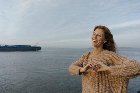 Deutschland; Hamburg; Frau; 44 Jahre; Norden; Herbst; Wasser; Ufer; Fluss; Elbe; Erholung; Fernweh; Sonnenaufgang - JOSF02884