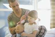 Father brushing daughterŒÍí©s hair - HEROF06729