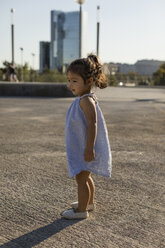 Little girl standing outdoors in summer - MAUF02425