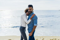 Spain, Barcelona, portrait of couple on the beach - BOYF01282