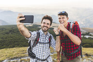 Italy, Monte Nerone, two happy hikers on top of a mountain taking a selfie - WPEF01312
