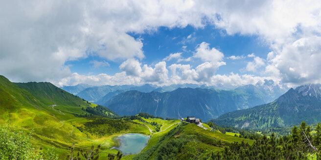 Panorama vom Fellhorn, 2038m, zum Schlappoldsee und Bergstation Fellhornbahn, dahinter das Stillachtal, Allgaeuer Alpen, Bayern, Deutschland, Europa - WGF01297