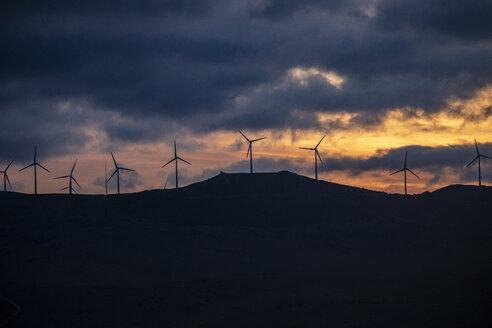 Spanien, Andalusien, Tarifa, Windräder auf einem Berg, Sonnenaufgang - KBF00459