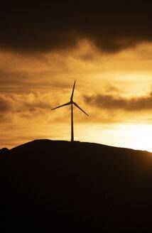 Spanien, Andalusien, Tarifa, Windräder auf einem Berg, Sonnenaufgang - KBF00462